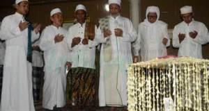 Habib Abdullah Baharun berdoa bersama Kiai Lirboyo dalam Haul KH Imam Yahya Mahrus